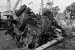Тяжелый грузовик получил сильные повреждения. Пострадавшего водителя из искореженной кабины пришлось извлекать спасателям (фото: ИТАР-ТАСС)