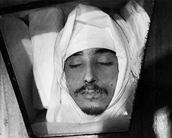 Омран Джумаа Шаабан скончался после пыток сторонников Муаммара Каддафи. Его тело было обернуто в саван и погребено в соответствии с нормами ислама (фото: facebook.com/LibyanYouthMovement)