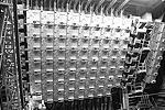 На каждой из четырех торцевых стен станции расположены блоки передающих и принимающих антенн, а также механизмы для их извлечения и транспортировки. Станция оснащена фазированными антенными решетками