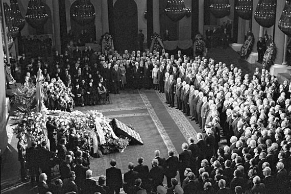 14.11.1982. Похороны Леонида Брежнева. В почетном карауле – руководители КПСС и Советского государства