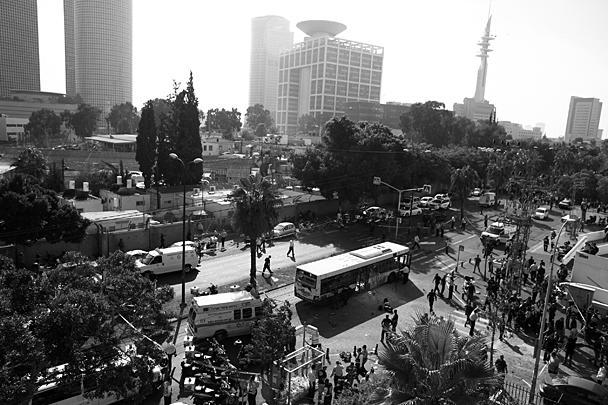 Правящее в секторе Газа движение ХАМАС приветствовало взрыв в Тель-Авиве, назвав его «естественным ответом» на израильскую операцию в анклаве, но не взяло за него ответственность