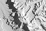 Высота массива Винсон – 4 тыс. 897 метров. Это самые высокие горы Антарктиды. Расположены в 1 тыс. 200 км от Южного полюса и являются частью гор Элсуор. Массив Винсон очень редко становится доступен альпинистам из-за тяжелых погодных условий (фото: ДВРЦ МЧС России)
