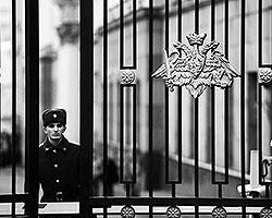 Самый громкий скандал разгорелся вокруг министерства обороны - в октябре стало известно, что по фактам махинаций при сделках с недвижимостью, землей и акциями, принадлежащими компании «Оборонсервис» (фото: ИТАР-ТАСС)