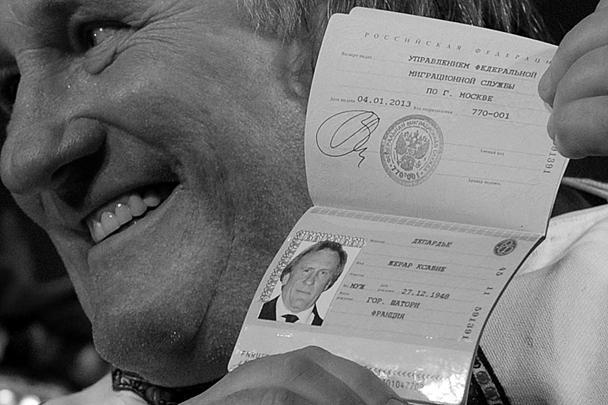 Французский актер Жерар Депардье, получивший в субботу в Сочи от президента России Владимира Путина российский паспорт, в воскресенье прилетел в столицу Мордовии город Саранск. В Саранске Депардье ждет сюрприз: ему подарят ключи от квартиры в одной из новостроек, сообщает «Россия 1»