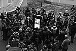 Мемориал представляет собой копию iPhone в человеческий рост. На передней панели размещен сенсорный интерактивный экран, на котором представлена биография основателя Apple, показываются фотографии и видео с Джобсом (фото: ИТАР-ТАСС)
