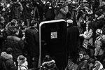 На задней поверхности размещен QR-код, считав который при помощи мобильных устройств, пользователи могут зайти на сайт, посвященный Стиву Джобсу (фото: ИТАР-ТАСС)