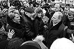 На улицах  «Надежды» Путина окружили горожане. Они рассказывали, что довольны новыми квартирами. Так, семья Сапоненко рассказала Путину о том, что после наводнения жила в одном из пансионатов в Анапе, а новоселье справила еще в середине ноября (фото: ИТАР-ТАСС)
