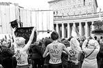 Femen провели свою акцию рядом с рождественской елью, установленной перед главным собором Римско-католической церкви. На их телах красовался слоган «In Gay We Trust» («Мы верим в геев») (фото: Reuters)