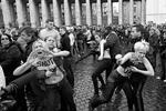 После того, как активистки остались топлес, они были ненадолго задержаны карабинерами, которые явно испытывали неловкость (фото: Reuters)