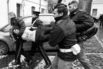Отличительной особенностью Femen является то, что они всегда, в любую погоду и при любых обстоятельствах, появляются топлесc (фото: Reuters)