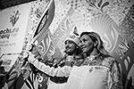 Фигуристы Илья Авербух и Татьяна Навка – в фирменном стиле предстоящих Игр. Организаторы утверждают, что факелоносцем сможет стать любой желающий, но для этого надо будет принять участие в конкурсах, организованных спонсорами мероприятия (фото: ИТАР-ТАСС)
