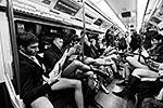 Жители 60 городов 25 стран мира провели ежегодный флешмоб «В метро – без штанов». Самое главное для участников флешмоба – вести себя непринужденно и ни в коем случае не реагировать на замечания других пассажиров (фото: ИТАР-ТАСС)