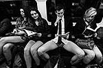 Лондон. Группа совершенно обыкновенных с виду пассажиров метро входит в вагон, люди ведут себя непринужденно и делают вид, что друг с другом не знакомы (фото: ИТАР-ТАСС)