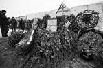 """Могила Усояна расположена примерно в километре от центрального входа. К ней возложили большое количество венков (фото: РИА """"Новости"""")"""