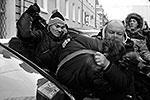 Около Госдумы произошла стычка между представителями ЛГБТ-движения, которые пришли к зданию протестовать против законопроекта о запрете пропаганды гомосексуализма, и их противниками. Несколько манифестантов получили ушибы. Полиции на месте происшествия не было (фото: Reuters)