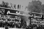Фанаты «Аль Ахлы», также известные как «ультрас», празднуют смертный приговор своим противникам из клуба команды «Аль-Масри», признанных виновными в резне 1 февраля прошлого года в Порт-Саиде. Гигантские плакаты с портретами болельщиков, которые погибли в Порт-Саиде, гласят: «Мы не можем забыть вас». Однако вердикт суда вызвал обратную реакцию в самом Порт-Саиде, когда тысячи фанатов «Аль-Масри», а также родственники приговоренных к казни, в субботу устроили штурм тюрьмы, пытаясь освободить осужденных. В итоге по крайней мере еще 32 человека были убиты. На улицах портового города вспыхнули перестрелки между силовиками и мятежниками. Происходящее напоминает политический кризис, который теперь должен разрешить исламистский президент Мохаммед Мурси (фото: Reuters)