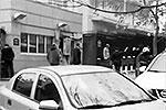 Взрывом разрушена часть бетонной стены посольства, однако бронестекло осталось целым и висит на арматуре (фото: кадр из видео)