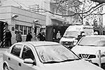 Пока неясно, сколько человек было внутри проходной, ведущей в визовый отдел посольства. Служебные помещения в этой зоне защищены бронированными стеклами, поэтому сотрудники диппредставительства могли не пострадать (фото: кадр из видео)