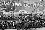 По главной площади Сталинграда прошли более 650 солдат и офицеров ЮВО, а также курсантов академии МВД и кадетов Волгоградского кадетского казачьего корпуса (фото: ИТАР-ТАСС)