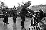 """Вице-премьер Дмитрий Рогозин, отвечающий за оборонно-промышленный комплекс, возложил цветы к монументу на Мамаевом кургане (фото: РИА """"Новости"""")"""