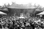 Прихожане торопятся поставить палочки с благовониями в сингапурском храме Кван Им Тонга Худ Чо. Прихожане собираются в храме ежегодно накануне празднования Нового года, надеясь быть первыми, кто установит палочку, когда часы пробьют полночь. Считается, что это приносит процветание и удачу. Год черной водяной Змеи по лунному календарю наступает 10 февраля 2013 года и заканчивается 31 января 2014 года (фото: Reuters)