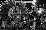 В строго ограниченное время колонна школы, состоящая из нескольких тысяч человек и внушительных карнавальных платформ, должна с плясками и пением пройти парадом по самбодрому, непременно раскрыв при этом главную тему своего выступления (фото: Reuters)