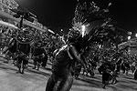 Итоги карнавального парада в Рио-де-Жанейро строгое жюри подведет в среду, а в ночь на 17 февраля на самбодроме «Маркиз де Сапукаи» состоятся показательные выступления школ-победительниц (фото: Reuters)