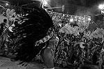 Аманда Маттос из школы самбы Uniao de Jacarepagua во время второй ночи выступлений групп А на ежегодном карнавале в Рио-де-Жанейро. Победившая школа будет выступать среди лучших школ в параде «топовых групп» уже в 2014 году (фото: Reuters)