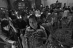 На юге Индонезии, в провинции Сулавеси, прихожане также устанавливают палочки из ладана в храме Макассар (фото: Reuters)
