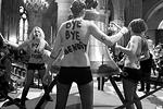 В считанные минуты после начала акции в ситуацию вмешалась охрана собора, которая вывела девушек на улицу (фото: Reuters)