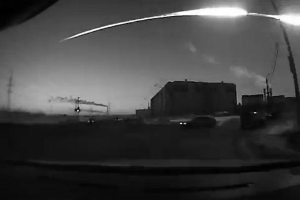 Метеорит пролетел по дуге, первые очевидцы решили, что потерпел крушение самолет