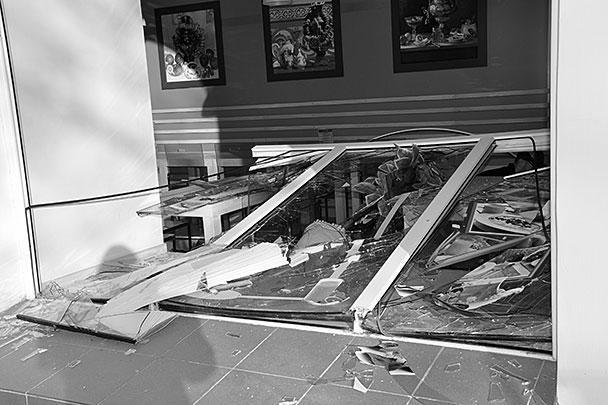 Окно блинной, разбитое осколками метеоритного дождя в Копейске