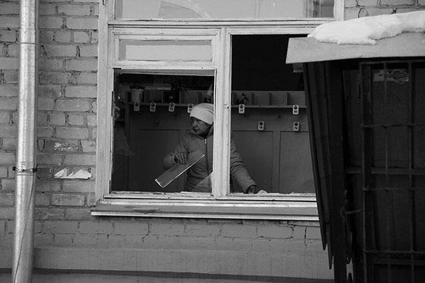 Жители Челябинска смели с полок магазинов скотчи и утеплители для окон, поскольку часть домов остались без стекол, во многих стекла треснули