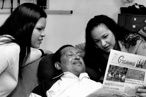 На снимках лидер боливарианской революции изображен вместе с двумя своими дочерями, одна из которых держит в руке экземпляр кубинской газеты Granma за 14 февраля