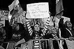 «Мы маленькие, но сильные... Вы нам не нужны!!!» – так рядовые киприоты относятся к соседям по еврозоне. В отличие от властей, которые просят не выталкивать остров из валютного блока (фото: ИТАР-ТАСС)