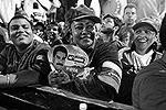 Несмотря на позднее время, на улицы Каракаса вышли тысячи людей, которые эмоционально празднуют победу своего кандидата (фото: Reuters)