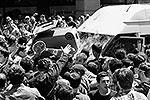 Толпа окружила микроавтобус, в котором оказались гей-активисты. В качестве орудия наступления использовалось все, что попадало под руку (фото: Reuters)