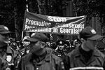 Тбилисская полиция оцепила шествие секс-меньшинств плотным кольцом, но это не предотвратило столкновения (фото: Reuters)