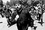 Противники сексуальных меньшинств позиционировали себя как православные верующие. Они держали в руках иконы и крапиву (фото: Reuters)