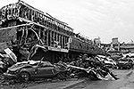 Сильный торнадо разрушил пригород Оклахома-Сити. Жертвами стихийного бедствия стали более 90 человек, в том числе 40 детей. Полутора сотням человек потребовалась госпитализация. Штат ждет нового торнадо (фото: Reuters)