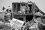 Торнадо уничтожил более 70 кв. километров жилых и офисных зданий (фото: Reuters)