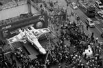 Самую большую модель LEGO – истребитель X-Wing из «Звездных войн», состоящий из 5 млн 300 тыс. частей – выставили на Таймс-сквер в Нью-Йорке. «Игрушка» весит почти 21 тонну, а длина ее составляет более 13 метров (фото: Reuters)