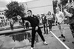 """Акция секс-меньшинств продолжилась в парке Горького, где за нарушения общественного порядка были задержаны более 10 человек, в ход шли и газовые баллончики (фото: РИА """"Новости"""")"""