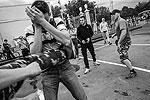 """Защитники секс-меньшинств и националисты устроили драку в парке Горького, разнимать их пришлось полицейским (фото: РИА """"Новости"""")"""