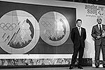 """Заместитель председателя правительства РФ Дмитрий Козак (слева) и глава оргкомитета «Сочи-2014» Дмитрий Чернышенко выразили надежду на то, что Олимпийские игры – 2014 будут такими же прекрасными, как и медали (фото: РИА """"Новости"""")"""