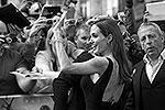 Анджелина Джоли впервые вышла в свет после перенесенной операции по удалению молочных желез. Она посетила премьеру фильма Брэда Питта «Война миров Z» в Лондоне. Гражданский муж не отходил от нее ни на шаг (фото: EPA/ИТАР-ТАСС)