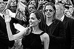Для первого светского мероприятия после перерыва на операцию Джоли выбрала платье с плотным черным лифом и открытой спиной (фото: Reuters)