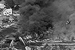Поезд, перевозивший 73 цистерны с нефтью, потерпел крушение в канадском Лак-Мегантике. После взрыва моментально занялся пожар, огонь перекинулся на ближайшие дома. В результате центр города уничтожен полностью (фото: Reuters)
