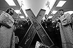 В Россию из Греции прибыла одна из православных святынь – крест Андрея Первозванного. Кордон из курсантов, выстроившийся у святыни для обеспечения соблюдения очереди, с трудом сдерживал толпу всех желающих поцеловать крест, на котором был распят апостол (фото: EPA/ИТАР-ТАСС)