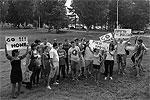 """Недовольная рок-группой молодежь устроила импровизированную акцию протеста <a href = """"http://vz.ru/news/2013/8/3/644071.html"""" target = """"_blank"""">Подробности</a>(фото: twitter.com/antkachev)"""